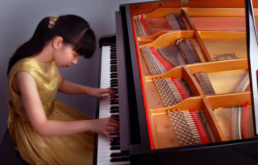 Girl learning piano Quassica