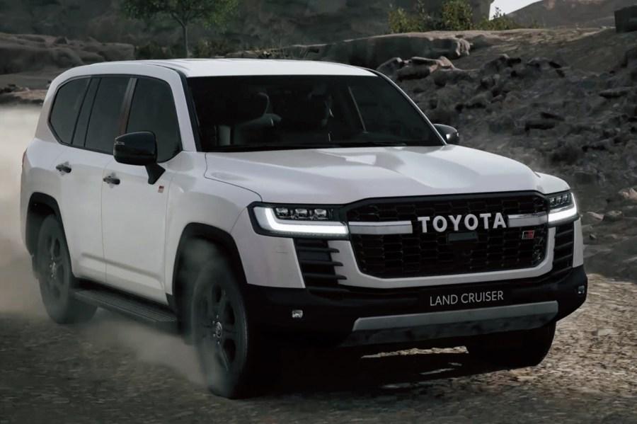 Toyota Land Cruiser 300Series branco visto 3/4 de frente