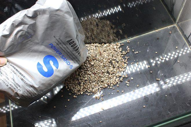 水槽に肥料を入れる