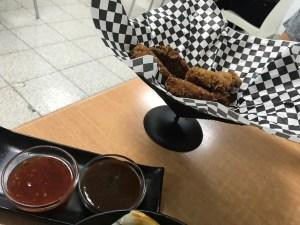 Tiras de pollo con salsa bbq y thahi