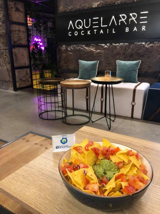 nachos con guacamole aquelarre cocktail bar