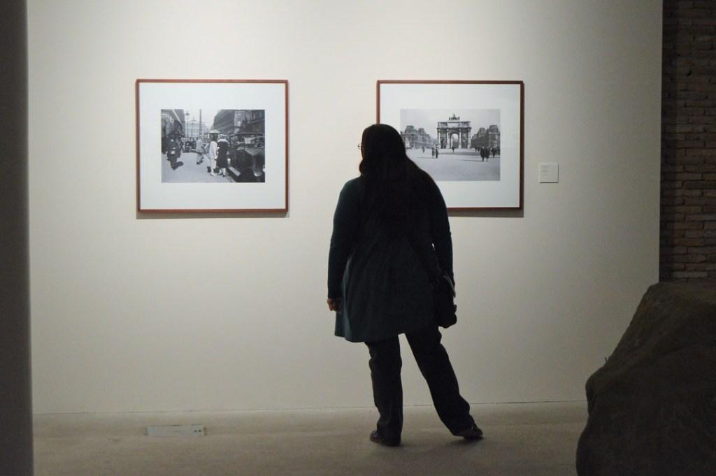 Mujer en la exposición Más allá de la afición.