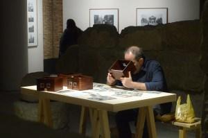 Un visitante de la exposición utilizando los visores estereoscópicos para ver algunas de las imágenes que los hermanos Viñuales realizaron en 3D.