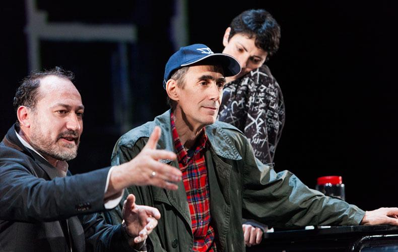 Imagen de la puesta en escena de Reikiavik. De izquierda a derecha, Daniel Albadalejo, César Sarachu y Elena Rayos al fondo.