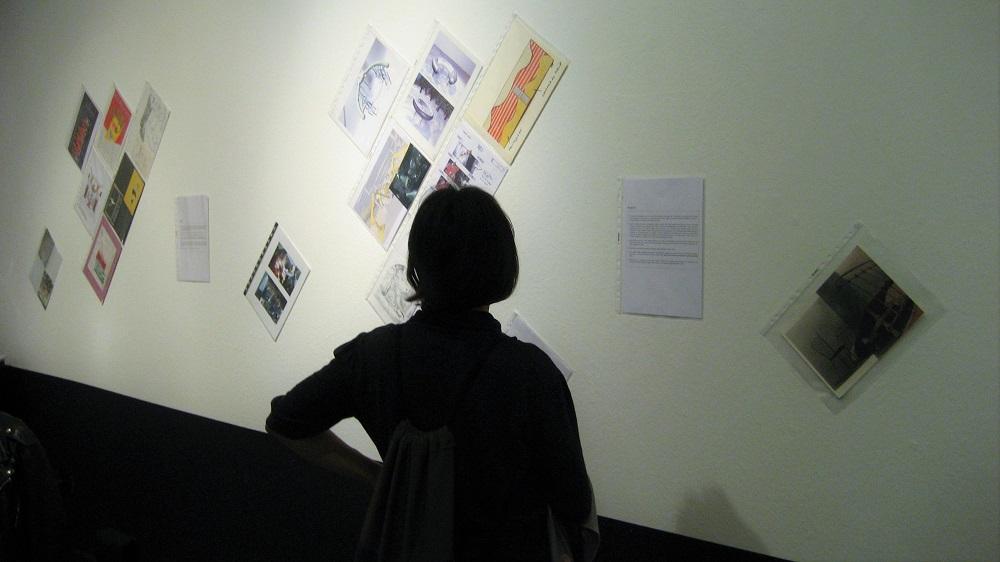 """Una visitante de la exposición """"Lo que pasó: 40 años de travesía profesional""""."""