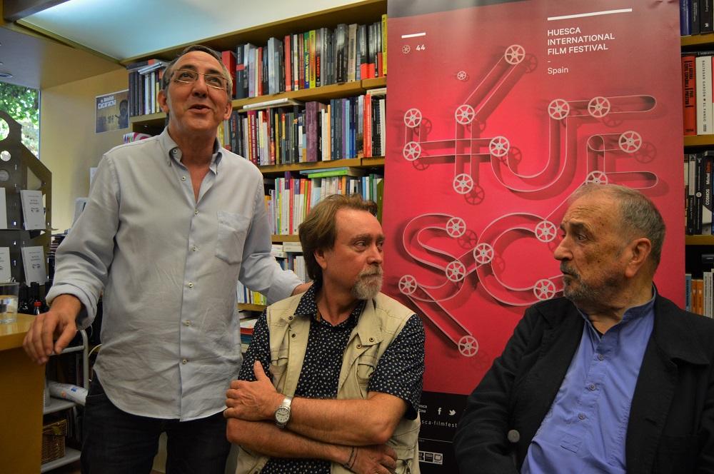 José María Aniés presenta a Javier Espada y Jean-Claude Carrière, mientros éstos fingen sorpresa ante sus palabras.
