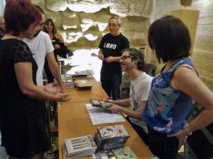 James Rhodes firmando ejemplares de su libro en el Teatro Olimpia.