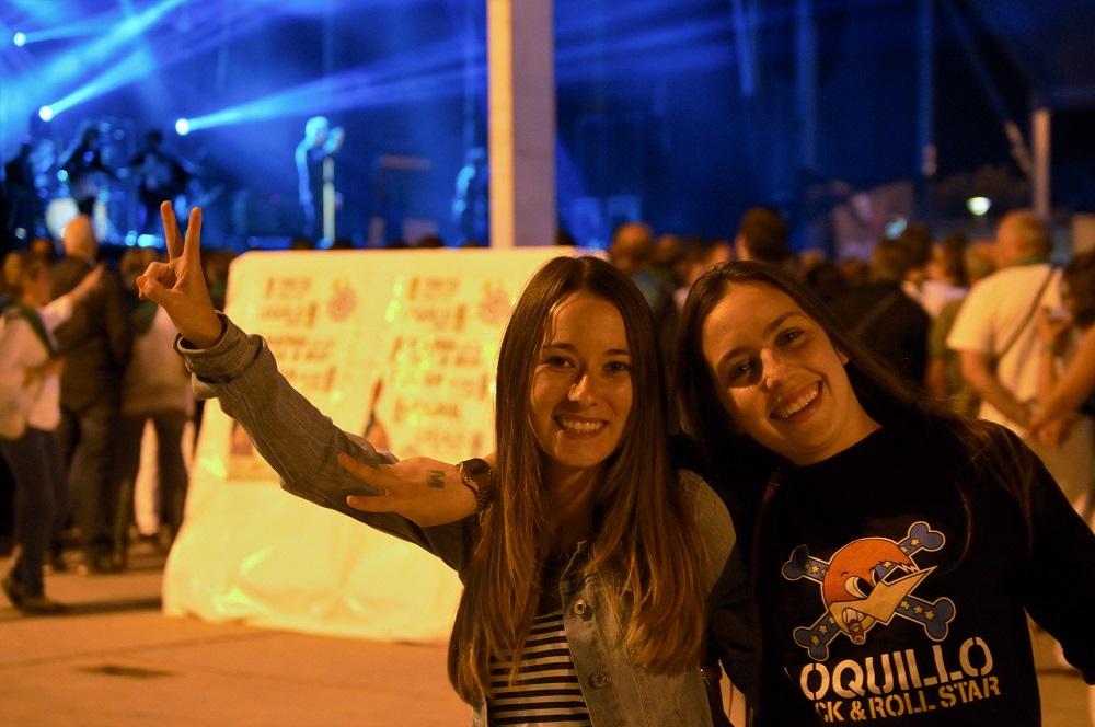 Dos jóvenes seguidoras del Loco en pleno concierto.