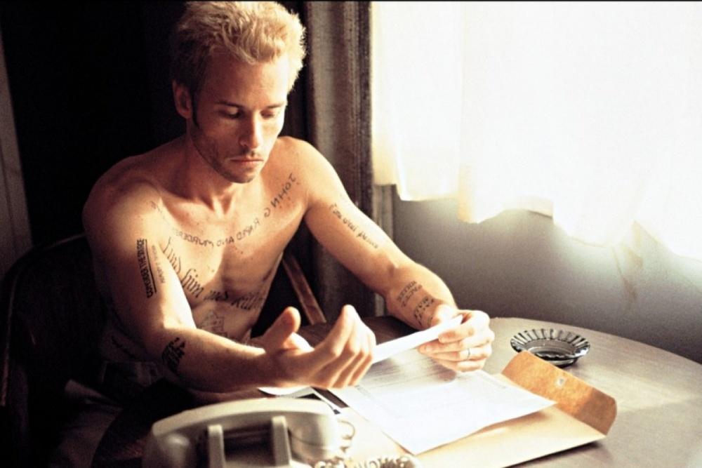 Escena de Memento (2000), dirigida por Christopher Nolan