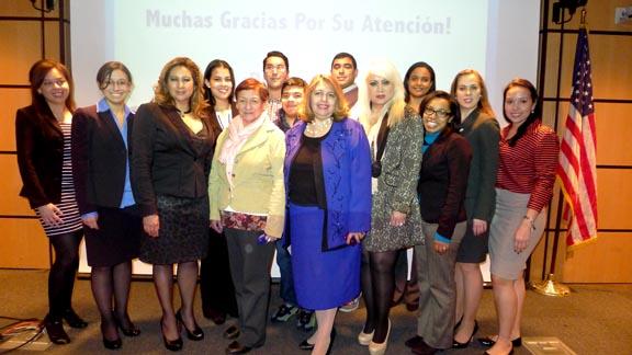La jueza Carmen Velásquez, al centro y rodeada de estudiantes, activistas y abogadas.