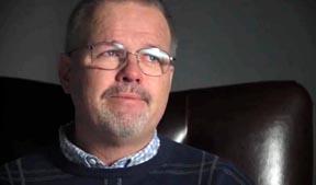 En el video, varias personas lloran por la pérdida que les ocasionó Herbalife.