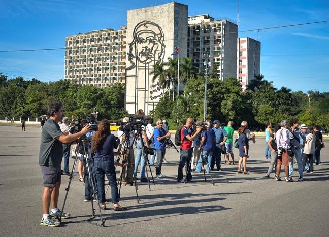 Los periodistas esperando a Tania Bruguera en el Parque de la Revolución en La Habana, Cuba.