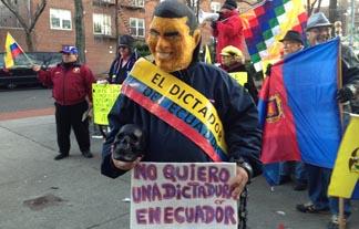 Ecuatorianos en Queens protestando en contra del presidente Rafael Correa.