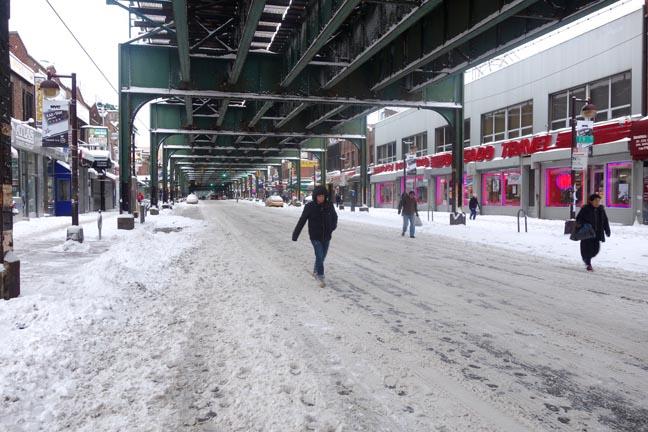 La Avenida Roosevelt hoy martes a las 7:45 de la mañana. Delgado Travel ya estaba funcionando. Fotos Javier Castaño