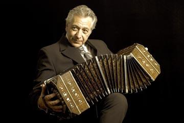 Raúl Jaurena tocando el bandoneón.