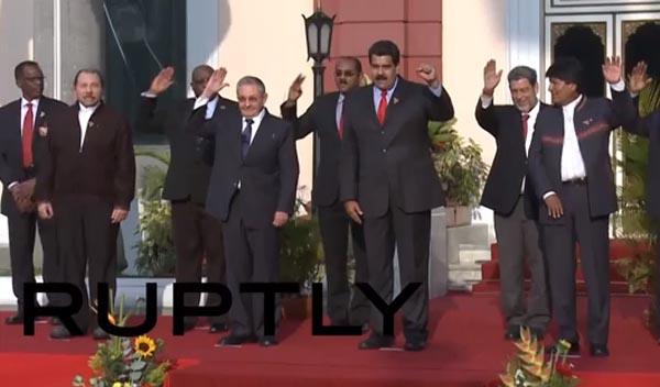 El presidente de Venezuela, Nicolás Maduro, en medio de varios presidentes latinoamericanos, incluyendo Raúl Castro de Cuba y Evo Morales de Bolivia.