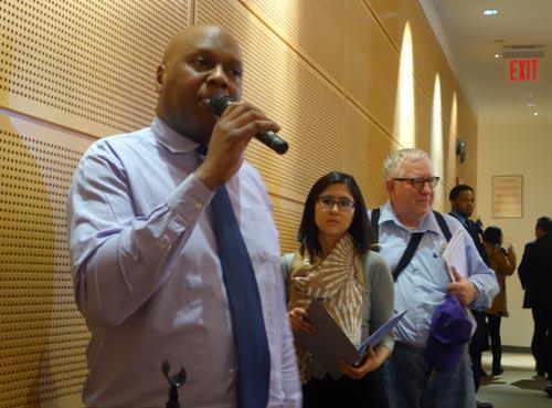 Dean Hutchins testificando sobre el servicio que prestan las bibliotecas de Queens.
