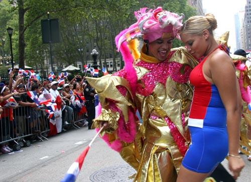 Una pareja bailando merengue en la Sexta avenida durante el Desfile Dominicano de Nueva York. Fotos Javier Castaño