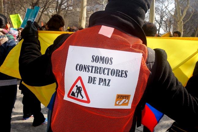 Un miembro del Partido Humanista exhibe un letrero en apoyo a la paz en Colombia. Fotos Javier Castaño
