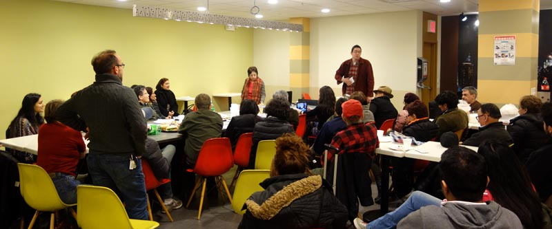 Alrededor de 40 personas acudieron a escuchar a Consuelo Ahumada en un restaurante de Queens. Fotos Javier Castaño