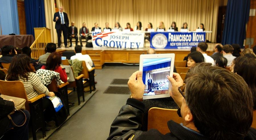 Alrededor de 120 personas acuieron al auditorio de la escuela 69 a escuchar a los políticos Crowley, Peralta y Moya hablar de inmigración Fotos Javier Castaño
