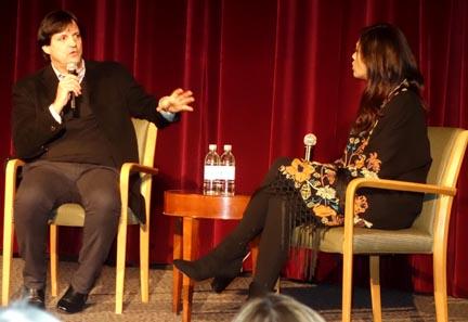 El cineasta cubano Arturo Sotto siendo entrevistado por Laura Gómez.