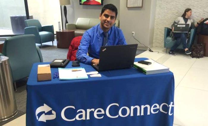 Raj Kumar atendiendo en las instalaciones de CareConnect en Forest Hills, Queens. Fotos cortesía
