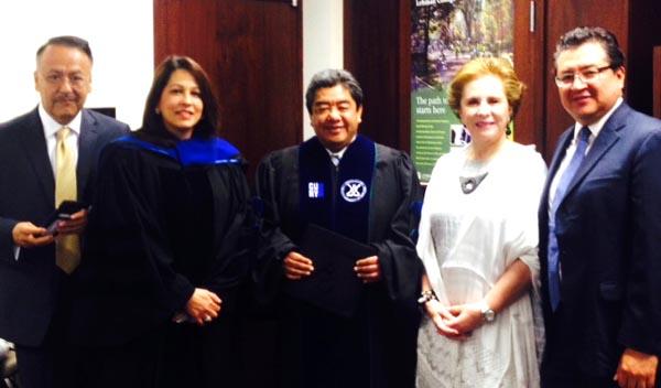 Jaime Lucero, al centro, durante la ceremonia y rodeado de delegados del Consulado de México en Nueva York, incluyendo la Cónsul General Sandra Fuentes-Berain y representantes de CUNY. Foto cortesía