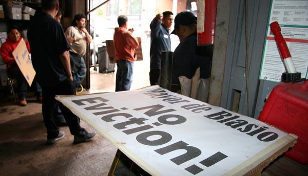 Trabajadores de Willets Point en el taller en donde se declararon en huelga de hambre. Foto Percy Luján