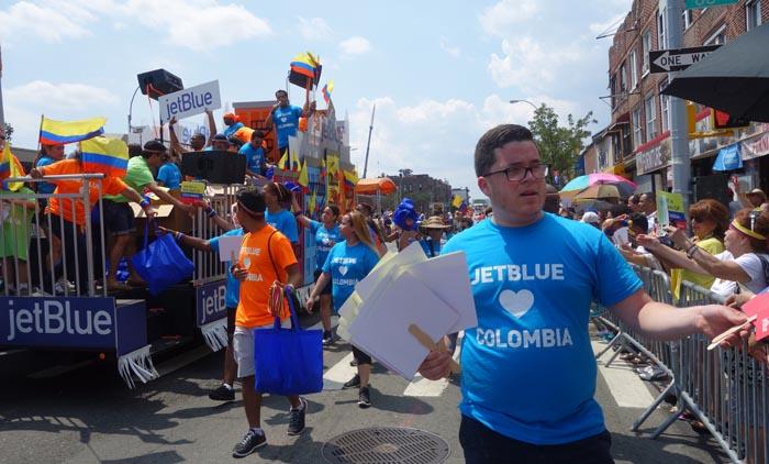 La aerolínea JetBlue repartió información y regalos durante el recorrido del Desfile Colombiano en Nueva York