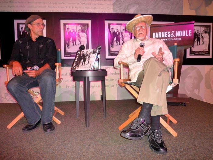 En la librería Barnes & Nobel de Manhattan, Mario Picayo, a la izquierda, editor de Editorial Campana que en el 2009 publicó el libro bilingüe Nereo Imágenes de medio siglo.