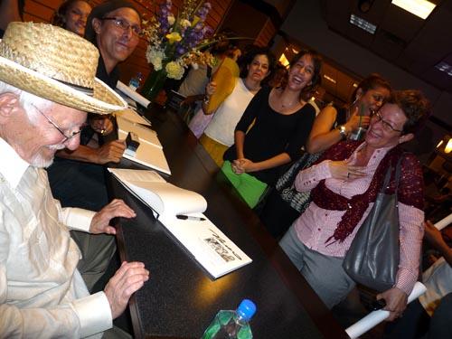 Firmando su libro Nereo, frente a su hija Liza y su nieta en el 2019.
