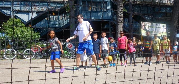 Instructores de tenis con niños latinos en Corona Plaza, Queens. Fotos Javier Castaño