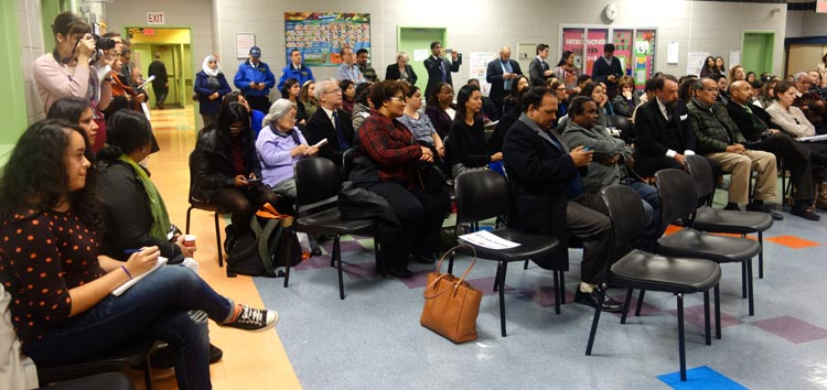 El público durante la reunión de barrio en la escuela pública 222 de Queens en donde se habló de los inmigrantes y el acceso a la salud.