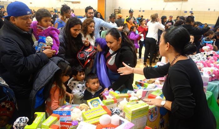 Se repartieron mil regalos entre las familias asistentes a la celebración del Día de los Tres Reyes Magos.