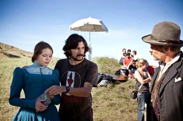 El director Lisandro Alonso en acción durante la filmación de Jaula.