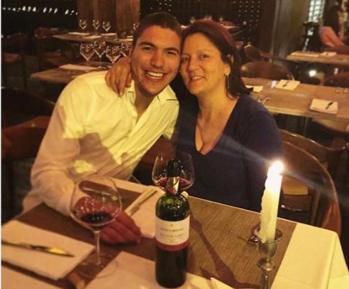 Edison Daniel Morales brindando con su madre Estela Villada en Colombia, con quien vivía.
