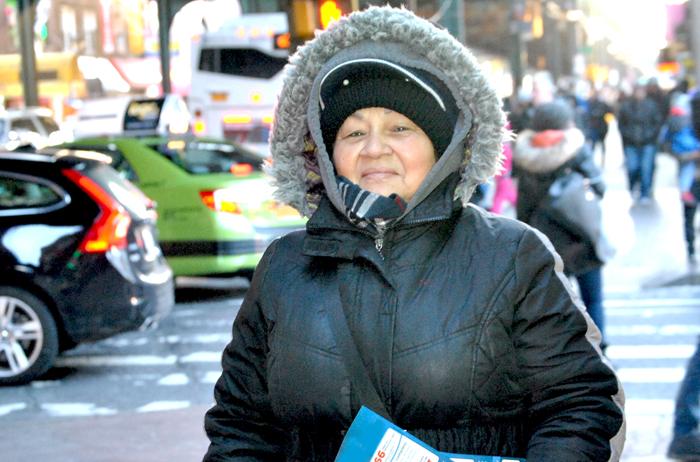 Blanca León desafía las bajas temperaturas repartiendo volantes.