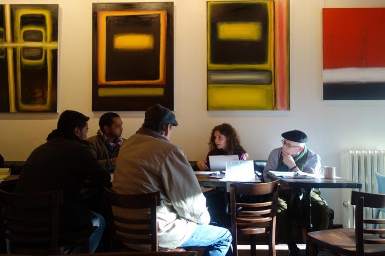 At Expresso 77 in Jackson Heights, Queens, Elana Smith coordinating Bernie Sanders's campaign, and on her left, Arturo Ignacio Sanchez, author of this column. Photo Javier Castaño