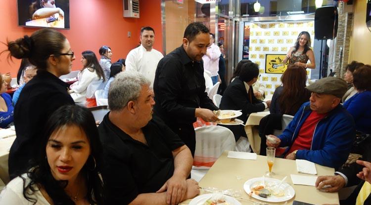 El día de la inauguración del restaurante Las Típicas en Roosevelt Avenue y la calle 79, en Jackson Heights, Queens.
