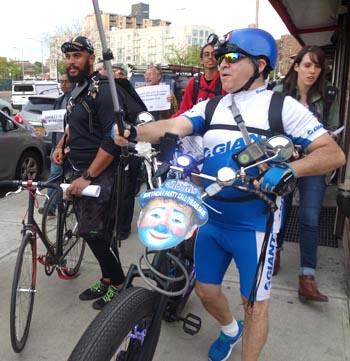 Luis Salazar, El payaso Chiquitín, dijo que los latinos montan mucho en bicicleta en Queens Boulevard.