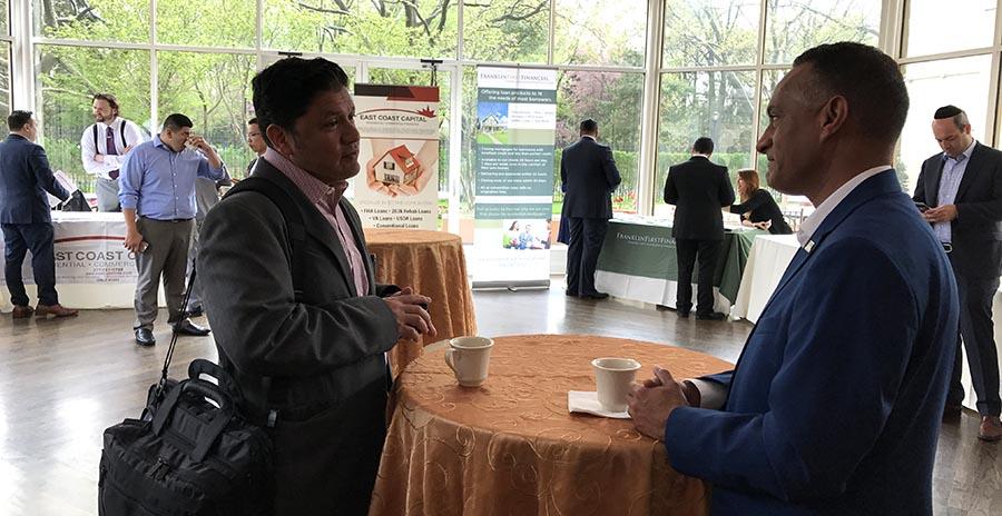 Fabián Jiménez de Bethpage Federal Credit Union conversa con Steven Patino de Exit Realty First Choice en el salón que NAHREP dedicó a las empresas.
