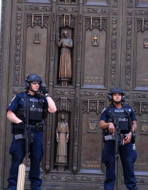 Entrada a la Catedral de San Patricio durante el Desfile Puertorriqueño de Nueva York este domingo 11 de junio. Foto Humberto Arellano