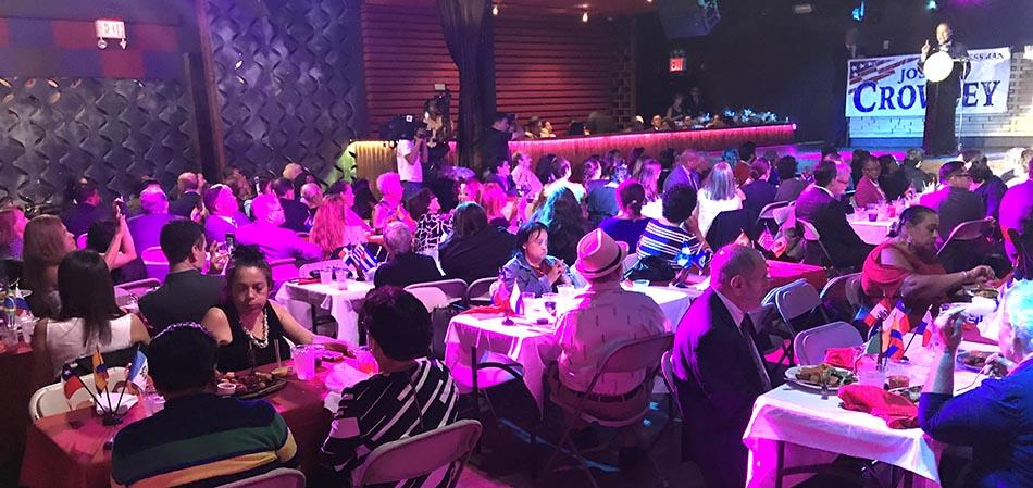 Latinos celebrando el Mes de la Herencia Hispana en Mama Juana.
