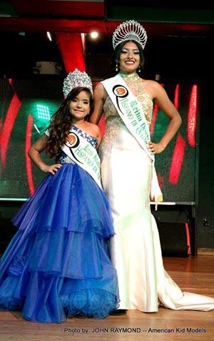 Maley Sosa, reina infantil y Cristina Soriano, reina juvenil des Desfile Hispano de Queesn 2017. Foto John Caballero