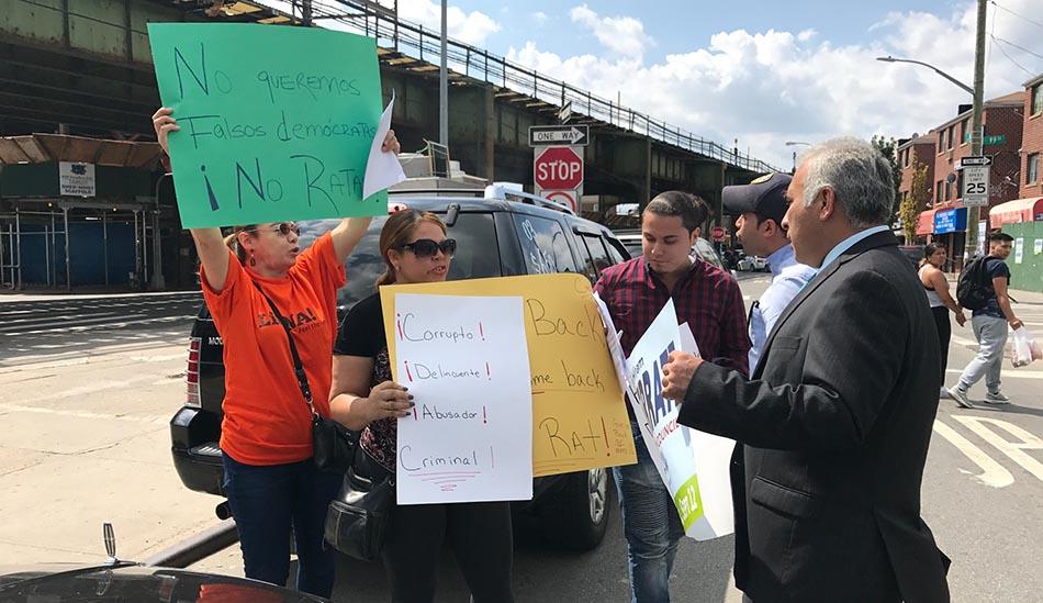 Seguidores de Moya y Monserrate enfrentados en la calle.