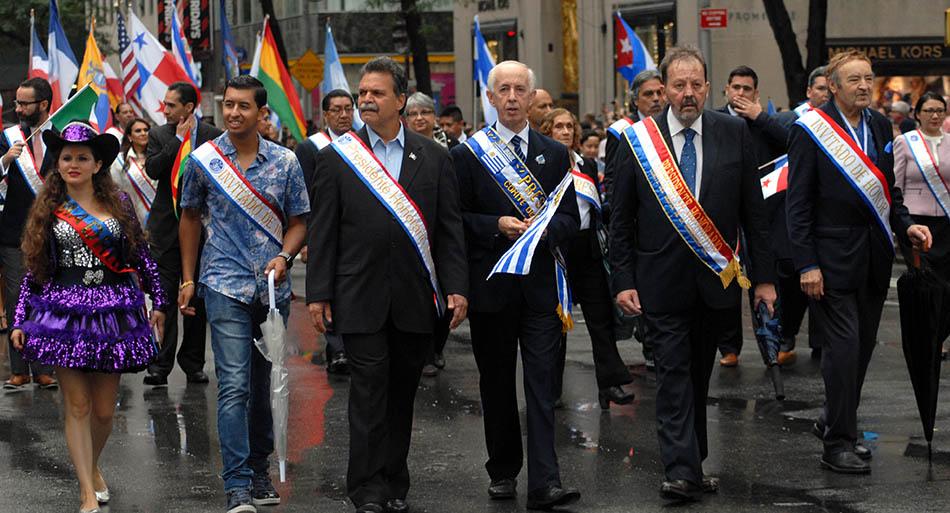 Organizadores y delegados marcharon al frente del Desfile de la Hispanidad. Foto Humberto Arellano