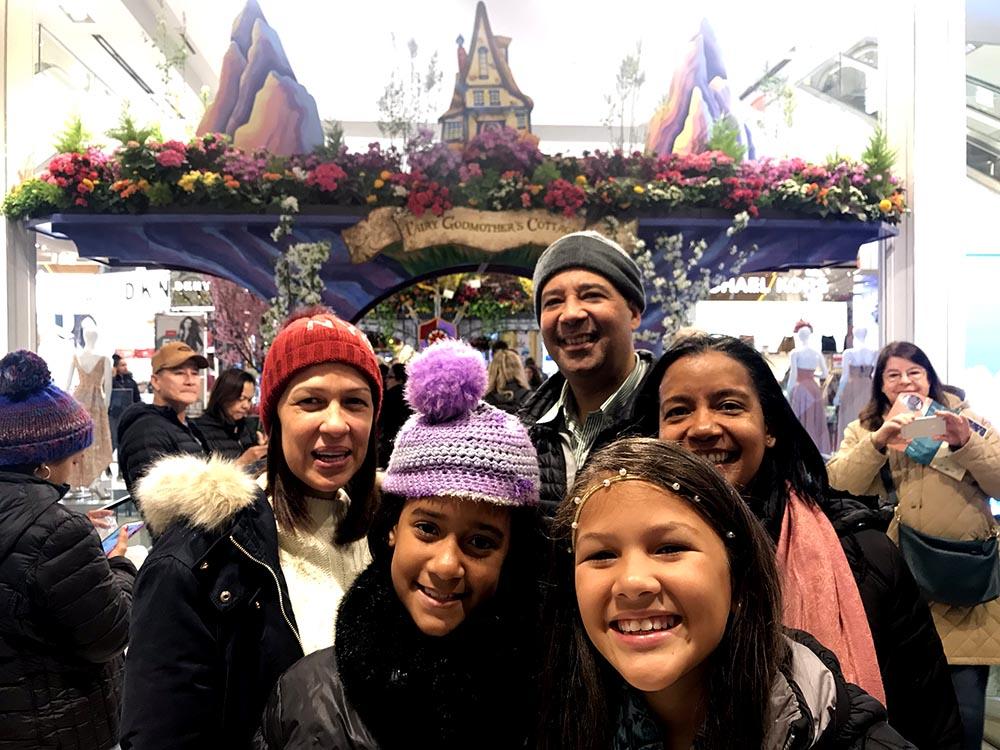 Esta familia latina visitó el show de flores de Macy's denominado Una vez en tiempo de primavera.