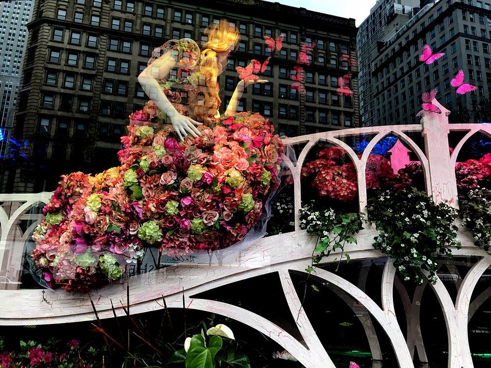 Una de las vitrinas adornadas con flores en la tienda Macy's de la calle 34 de Manhattan.