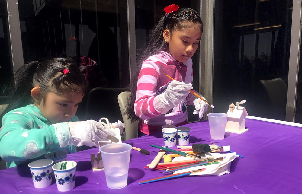 Las hermanas Valerie y Vanesa pintando casas de juguete en el Hospital Woodhull de Brooklyn.